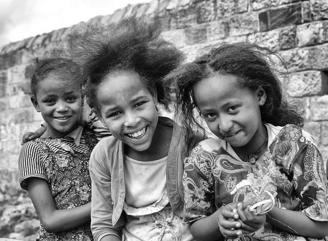 filles Afrique credits Rod Waddington (licence creative commons)