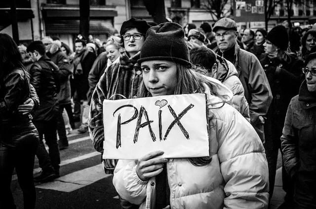 Paix, lors d'une manifestation Je suis Charlie (Crédits : Emilien Etienne, CC-BY 2.0), via Flickr.