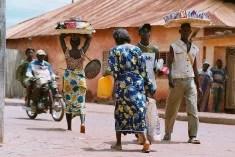 Passants à Abomey, Bénin (Crédits Guillaume Colin & Pauline Penot, licence CC-BY-NC-ND 2.0), via Flickr.