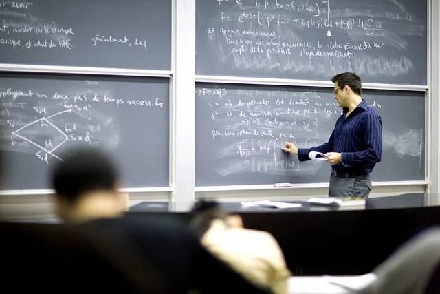 Professeur au tableau dans un cours de mathématiques (Crédits : Université de Montréal, licence CC-BY-NC-SA 2.0), via Flickr.