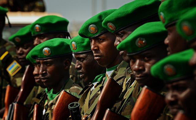 Soldats rwandais (Crédits US Air Force, licence CC-BY-NC 2.0), via Flickr.