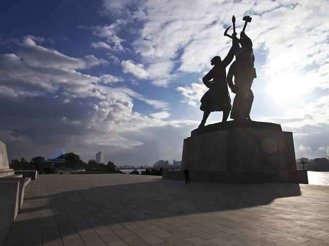 Statue communiste à Pyongyang (Crédits : Marcelo Druck, licence CC-BY-NC-ND 2.0), via Flickr.