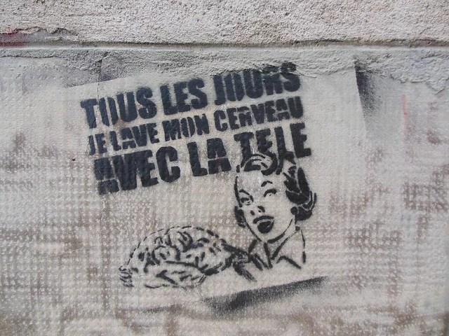 Tous les jours je lave mon cerveau avec la télé credits Denis Bocquet (CC BY 2.0)