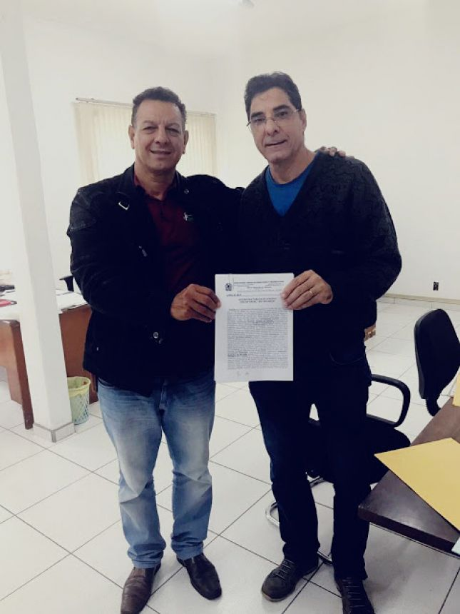 Prefeito Ene Benedito GOnçalves (PDT) recebe a Escritura Pública de Doação das mãos de João Cândido Saldanha Borsato, chefe do Escritório Regional da Paraná Edificações de Londrina