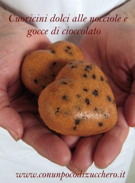 Cuoricini dolci alle nocciole e gocce di cioccolato