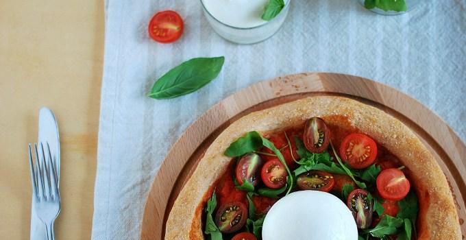 pizza alla burrata con rucola e pomodorini
