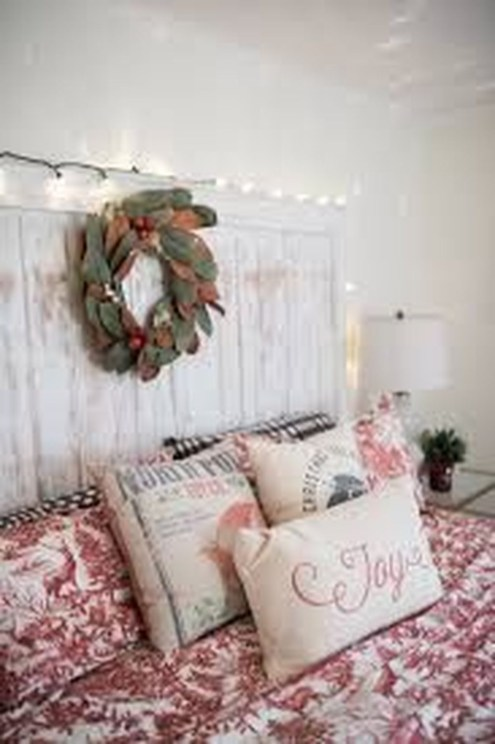 Cozy Gallery Wall Decor Ideas For Bedroom 41