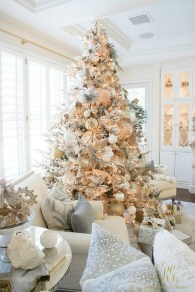Adorable Gold Christmas Decoration Ideas 37