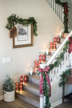 Beautiful Christmas Stairs Decoration Ideas 09