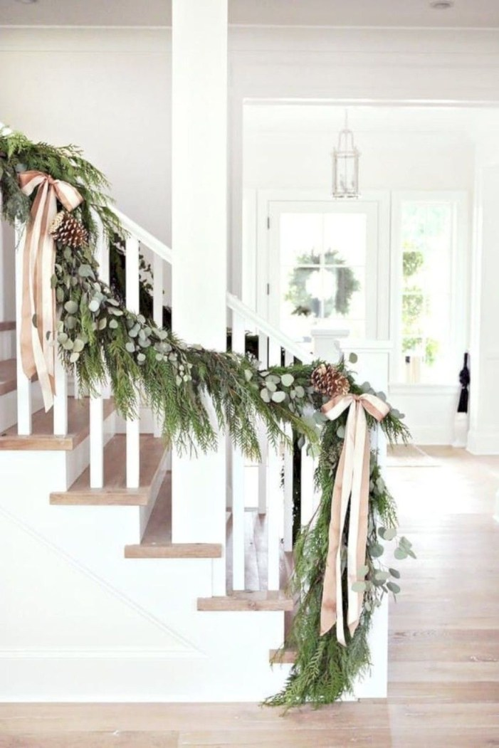 Beautiful Christmas Stairs Decoration Ideas 51