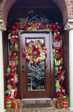 Brilliant Christmas Front Door Decor Ideas 47