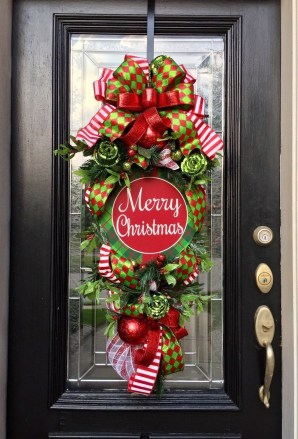 Brilliant Christmas Front Door Decor Ideas 50