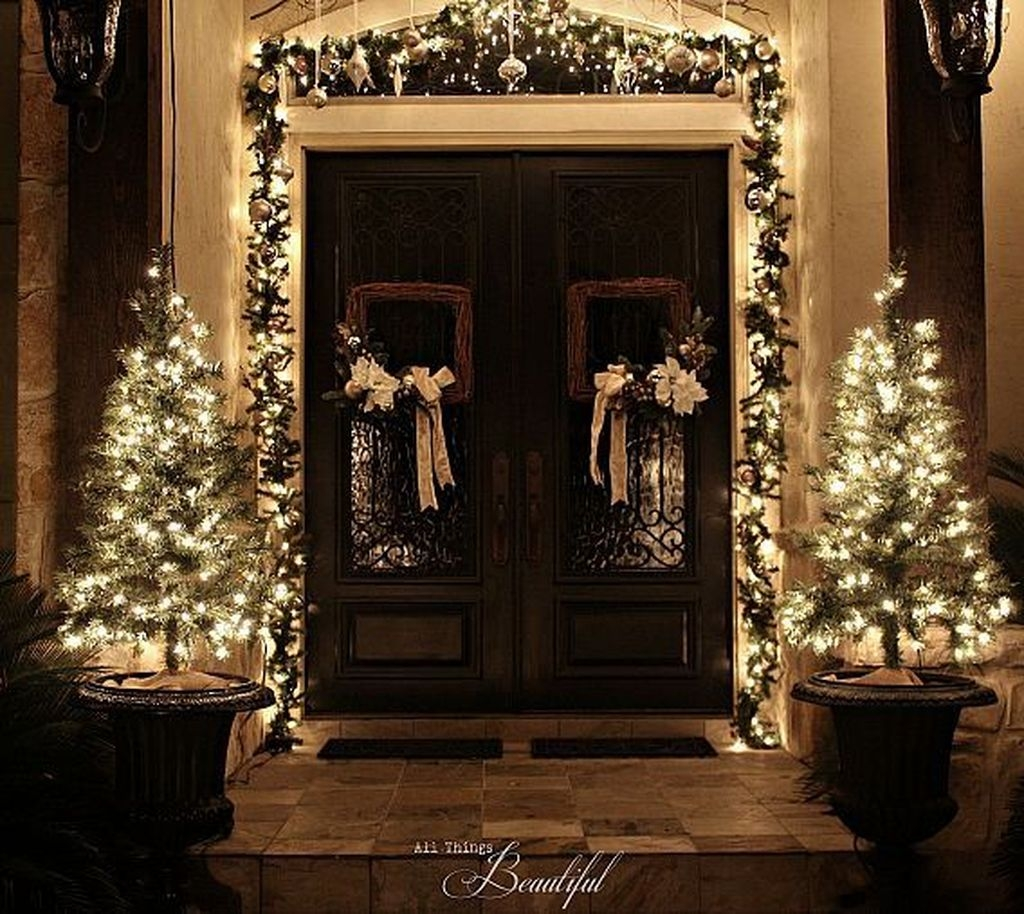 Brilliant Christmas Front Door Decor Ideas 51