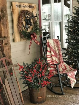 Cozy Rustic Outdoor Christmas Decor Ideas 06
