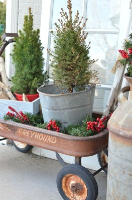 Cozy Rustic Outdoor Christmas Decor Ideas 33