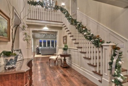 Gorgeous Ways To Decorate Your Stairs In This Christmas Ideas 06