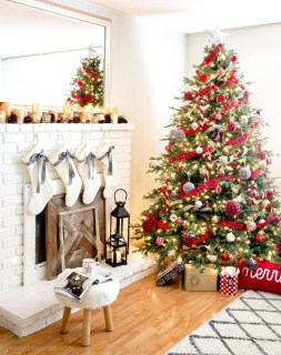 Lovely Traditional Christmas Decorations Ideas 32
