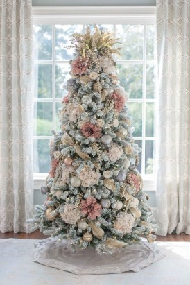 Lovely Traditional Christmas Decorations Ideas 33