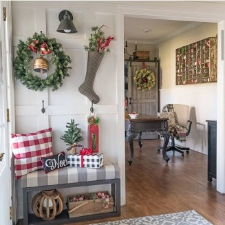 Magnificient Rustic Christmas Decorations And Wreaths Ideas 06