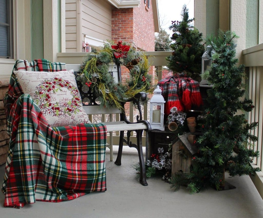 Stunning Balcony Decor Ideas For Christmas 43