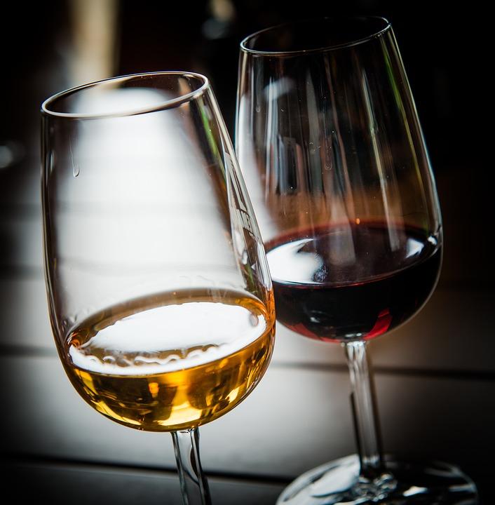 verre de vin rouge et blanc