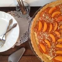 Mandljeva pita z vanilijevo kremo in marelicami