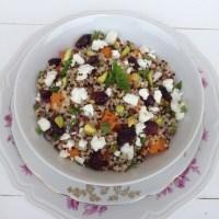 Pisana kvinoja s pečeno bučo, feto, suhimi brusnicami in pistacijo