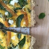 Brezglutenska slana pita (quiche) z mlado zelenjavo in kozjo skuto