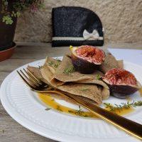 Maslene ajdove palačinke z javorjevim sirupom, svežimi figami, timijanom in solnim cvetom