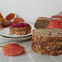 Polnovreden kruh iz kosmičev, ajde in kvinoje z mešanico zdravih semen