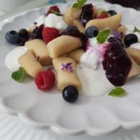 Sladki svaljki iz prosene kaše s hitro marmelado in vanilijevim jogurtom