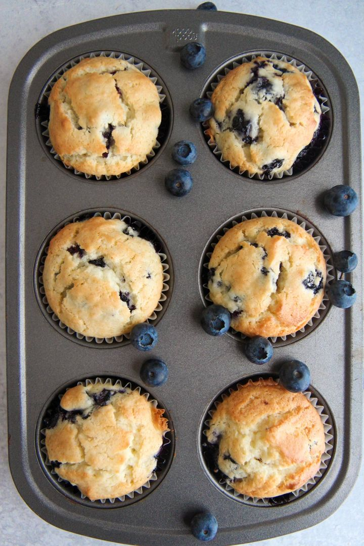 a muffin pan filled with 6 muffins.