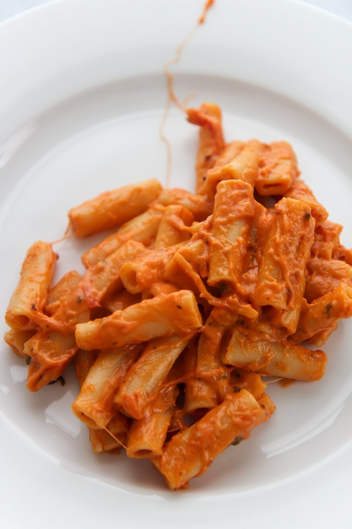 instant pot baked ziti on a white plate.