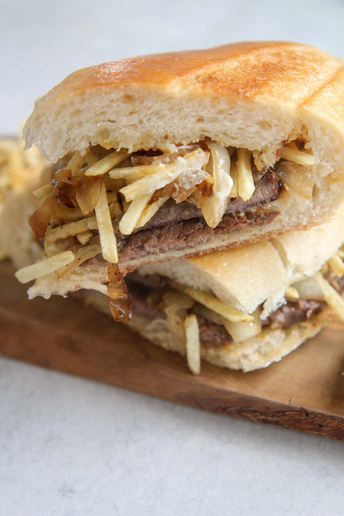 pan con bistec (steak sandwich) on a wooden board.