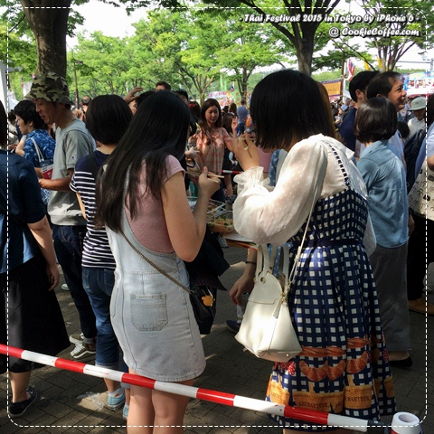 thailand-festival-2015-tokyo-japanese-girl-picnic-eat-stand-rice-singha-beer-iphone-6