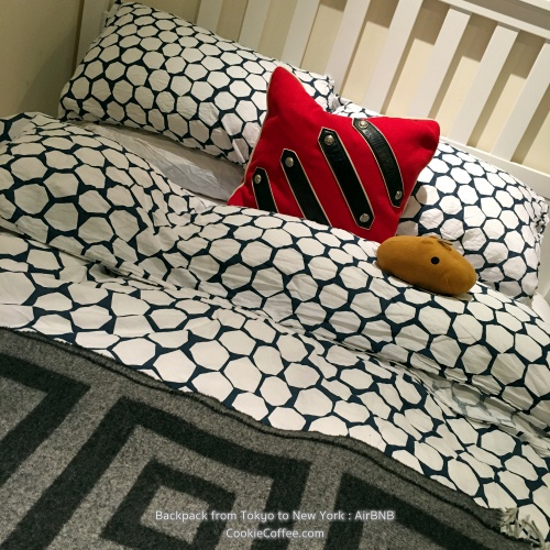 airbnb-new-york-egypt-british-bedroom-review-kapibara-red-pillow-backpacker