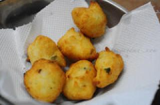 Mysore Bonda / Mysore Bajji / Ulundu Bonda Recipe