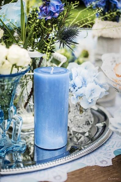 Blaue Kerze sorgt für romantische Stimmung