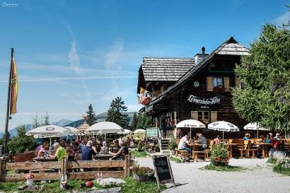 Gemütliche Sonnenterasse bei der Lammersdorfer Hütte zum Verweilen