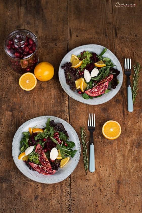 Wintersalat mit Orangenfilets, Granatapfel und Frischkäsenocken