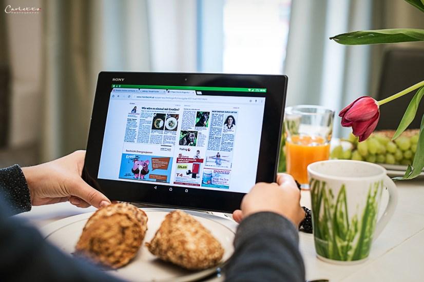 Zeitung lesen am Tablet