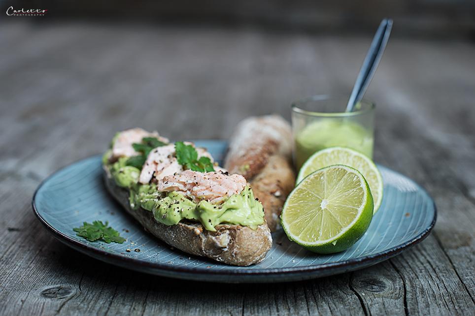 Avocado und Lachs auf Vollkornbrötchen