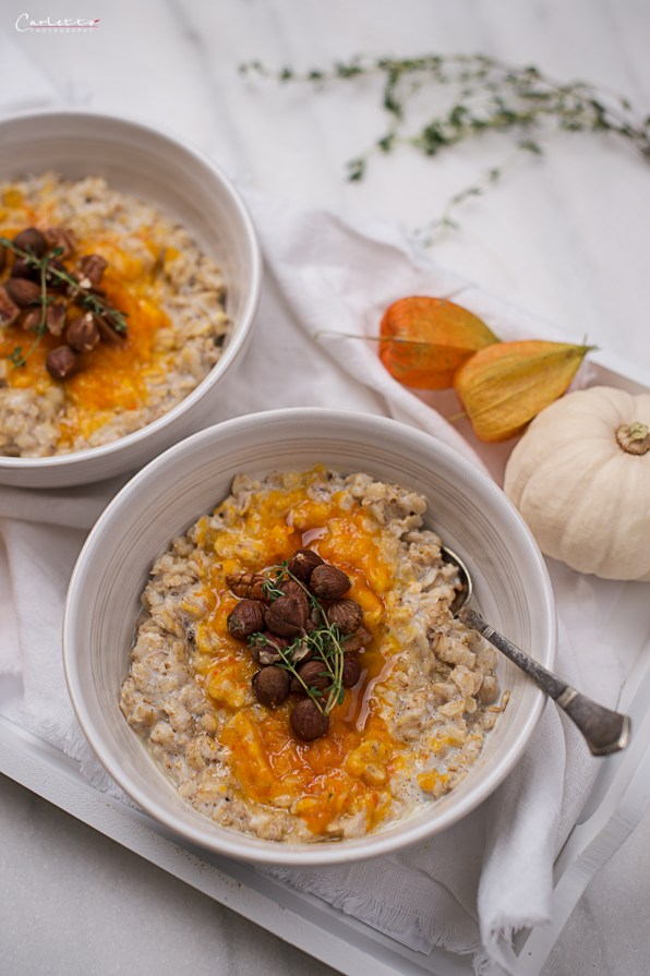 Schüsseln mit Porridge, Kürbispüree und Nüssen