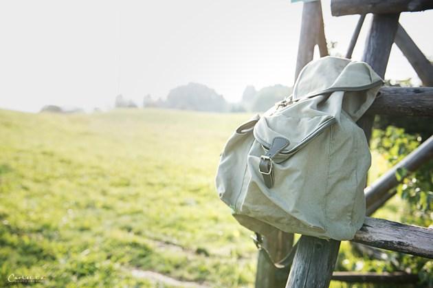 Wiese mit Rucksack auf Hochsitz, Rezepte für Unterwegs