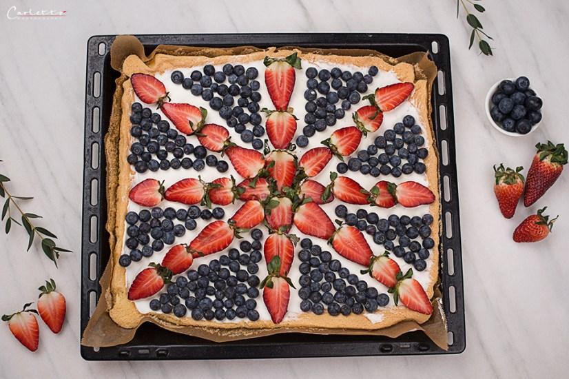 Union Jack Blechkuchen mit Beeren und Creme