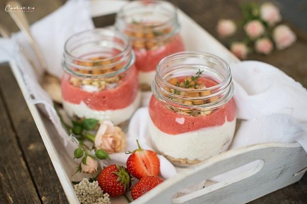 Erdbeer Topfen Trifle im Glas mit Backerbsenstreusel