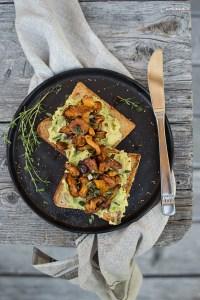 Dinkel Toast mit Avocado & gerösteten Eierschwammerln