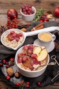 Gesunder Porridge mit Beeren-Zwetschgen-Röster
