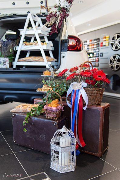 Französische Pop-Up-Bakery in einem Autohaus.