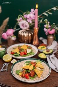 Veggie Wraps mit Karfiol Wings auf frischem Spinat